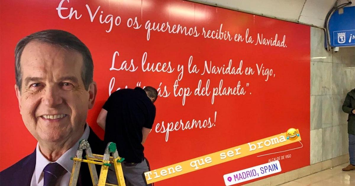 Un operario instala el mensaje de Caballero en el metro de Madrid // FOTO: @mariagomez9