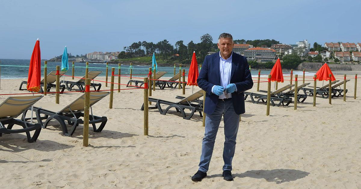 El alcalde de Sanxenxo, Telmo Martín, en la playa de Silgar // FOTO: CONCELLO SANXENXO