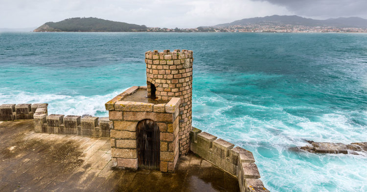 Torre del exterior de la fortaleza de Monterreal // istock/IHervas