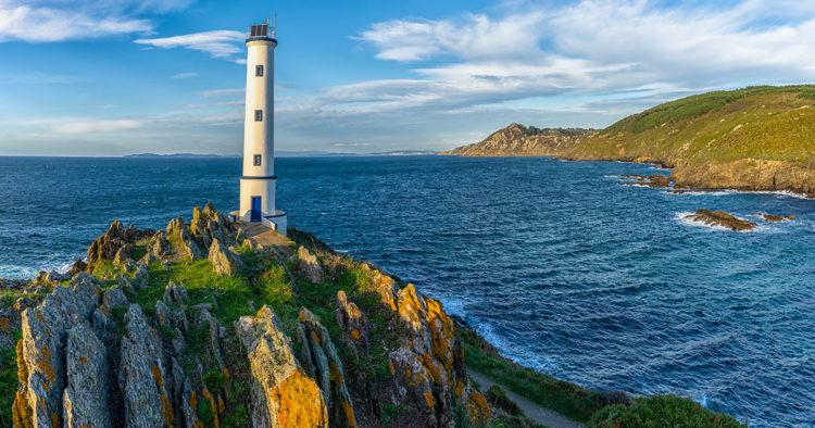 Faro de Cabo Home // Makasana / iStock